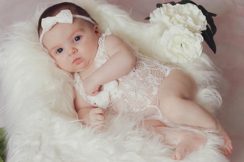 Photographie d'un bébé dans son cocon